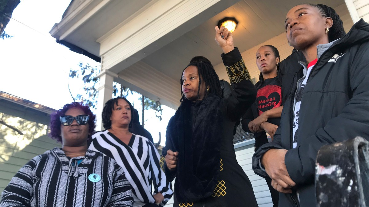 Cops in Riot Gear Showed Up to Evict the Homeless Moms Occupying a Vacant Oakland House