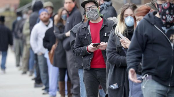 Scientists find no link between long lines, coronavirus cases in blow to mail-in voting